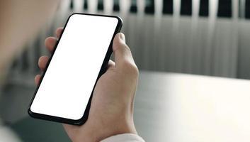 persona mirando maqueta de teléfono inteligente foto