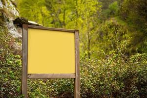 maqueta de cartel de madera en la naturaleza después de la lluvia foto