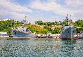 Paisaje marino de grandes barcos en el puerto de Sebastopol, Crimea foto