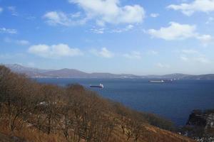 Paisaje marino de la bahía de Nakhodka con nublado cielo azul en Rusia foto