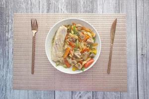 Filete de pescado con verduras en un plato foto