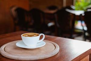 café con leche en una tabla de madera foto