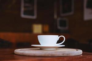 Vista cercana de una taza sobre una mesa de madera foto