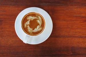 arte latte en una mesa de madera foto