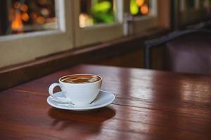 café con leche en una mesa de madera foto