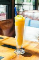 vaso de batido de mango con hielo para beber foto