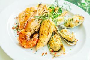 Filete de marisco a la parrilla mixto con langostinos y salmón y otras carnes foto