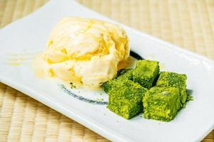 helado de vainilla con té verde matcha mochi foto