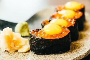 sushi con huevos de salmón foto