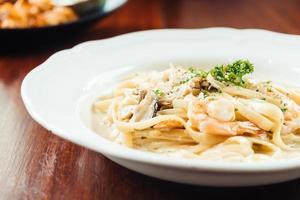fettucine white cream sauce with shrimp and mushroom photo