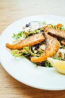 Filete de salmón a la plancha con ensalada de verduras foto