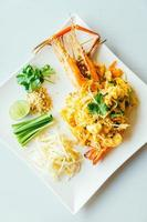 fideos pad thai con langostinos gigantes foto