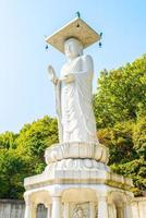 Estatua en el templo bongeunsa en la ciudad de Seúl, Corea del Sur foto