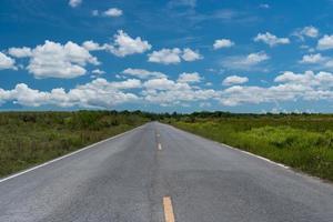 pequeña carretera rural con fondo de cielo azul foto