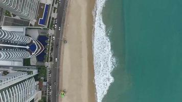 imagens aéreas de edifícios em frente à praia