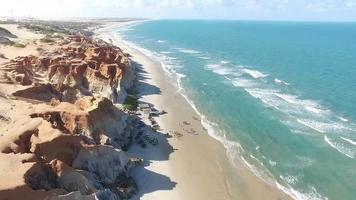 vista aérea de una playa con agua turquesa video
