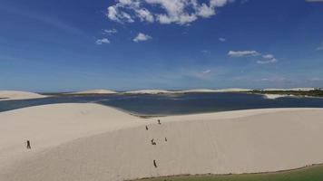grande lago no meio do deserto video