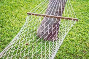 Punto de enfoque selectivo en una hamaca con fondo de hierba verde - procesamiento de efecto de filtro foto