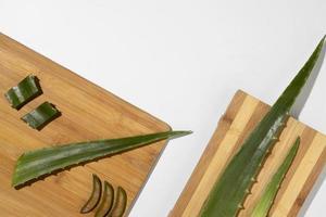 aloe vera en tabla de cortar de madera foto