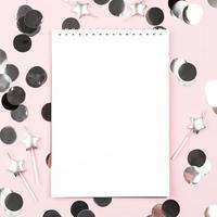 cuaderno blanco sobre fondo rosa foto