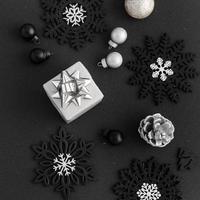 Vista superior de adornos navideños sobre fondo negro foto