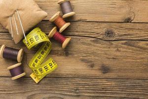 suministros de costura en madera foto