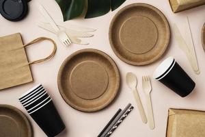 vasos y platos de papel marrón foto