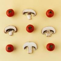 champiñones y tomates planos laicos foto