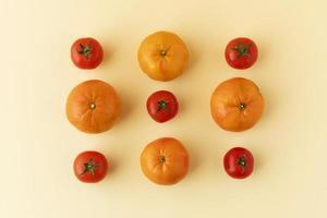 tomates enteros sobre fondo amarillo foto