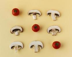 tomates y setas sobre fondo amarillo foto