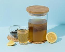 Composición con deliciosa bebida de kombucha. foto