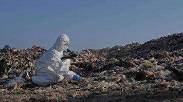 cientista colhendo amostras vestindo roupa de proteção