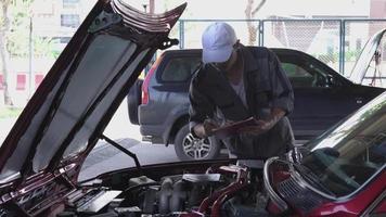 técnico verificando um carro