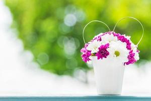 Boquet de flor en jarrón con fondo de vista exterior foto