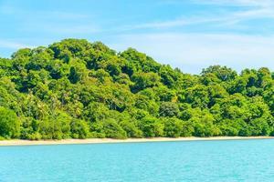 hermosa isla tropical y mar en tailandia foto