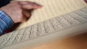 muçulmano lendo o Alcorão na mesquita video