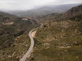 vista aérea del paisaje de la carretera a través de las montañas foto
