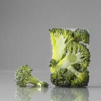 Brócoli congelado sobre fondo gris foto