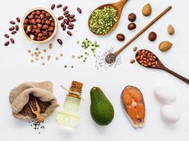 Superalimento con alto contenido de omega 3 y grasas insaturadas para una alimentación saludable sobre fondo blanco. foto