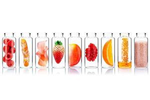 Cuidado de la piel alternativo en botellas de vidrio aislar sobre fondo blanco. foto