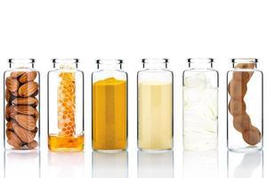Cuidado de la piel alternativo y exfoliantes caseros con ingredientes naturales en botellas de vidrio. foto