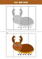 juego de cortar y pegar para niños. lindo escarabajo ciervo. vector