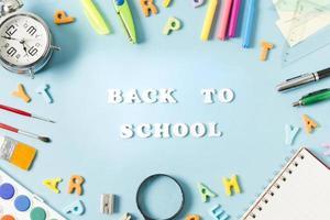 útiles escolares coloridos que enmarcan el fondo de la escuela de vuelta foto