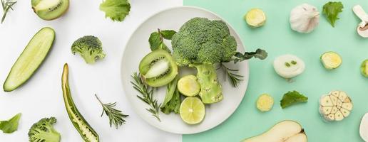 concepto de alimentación saludable con brócoli y fondo de alimentos verdes foto