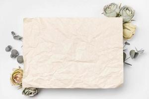 Rosas de papel de ramo plano laico con espacio de copia foto