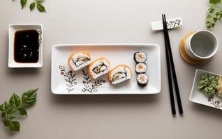 concepto de sushi delicioso endecha plana foto