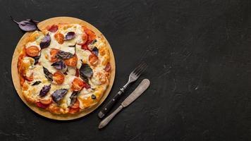 concepto de pizza deliciosa endecha plana con espacio de copia foto