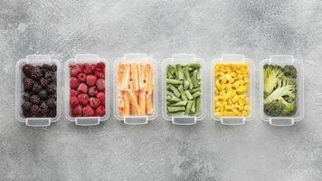 Disposición plana de alimentos congelados. foto
