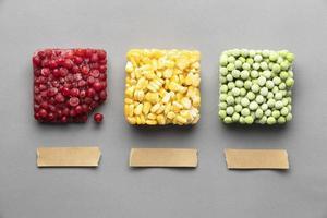 guisantes congelados y maíz y frutos rojos foto