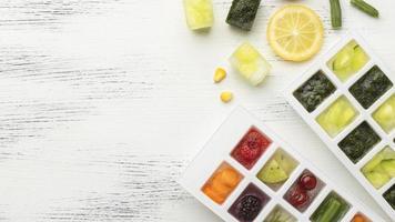 frutas congeladas en una bandeja de hielo foto